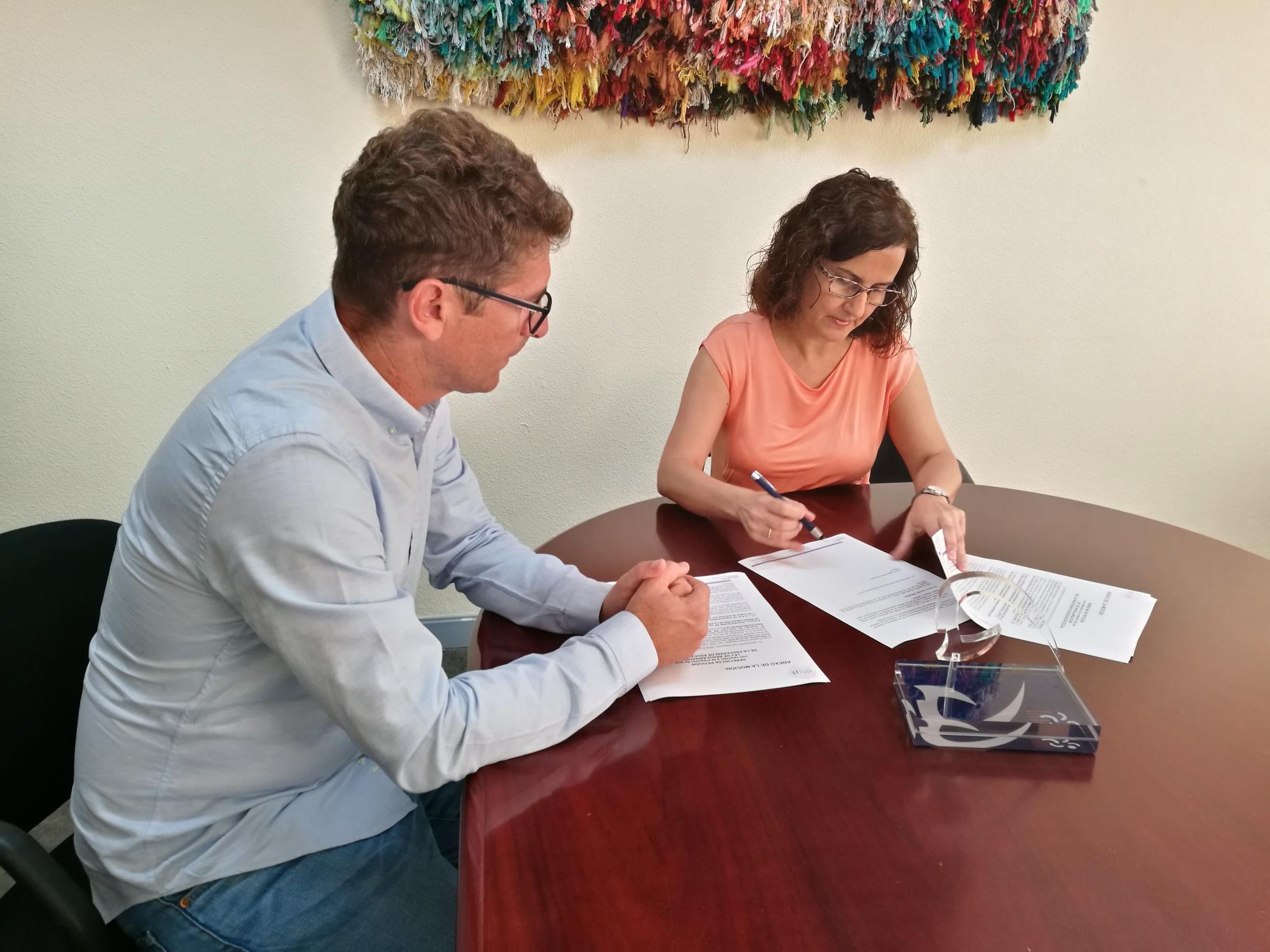 El Presidente del CEESCAN y la Decana Ángeles Perera, durante la suscripción a la iniciativa de demanda de creación de la nueva Ley
