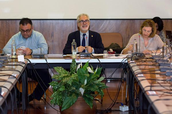La sesión estuvo presidida por el Rector José Regidor (centro)
