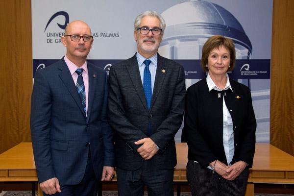 De izda. a dcha.: Salvador Díez, el Rector José Regidor y Rosario Molina