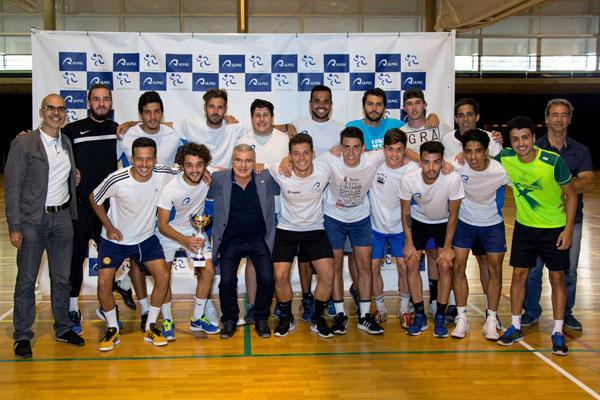 Foto de grupo con uno de los equipos ganadores