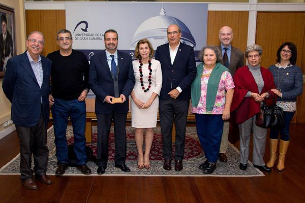 El Rector y la Vicerrectora de Cultura junto a los miembros de la comisión organizadora del centenario