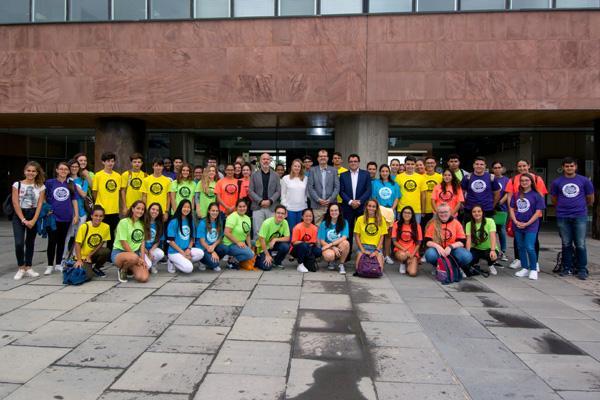 Foto de familia de los alumnos participantes y organizadores