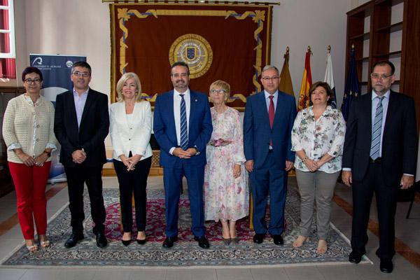 Foto de familia de los firmantes con el Rector Rafael Robaina (4º por la izda.) y el Vicerrector de Internacionalización y Cooperación de la ULPGC (2º por la izda.)