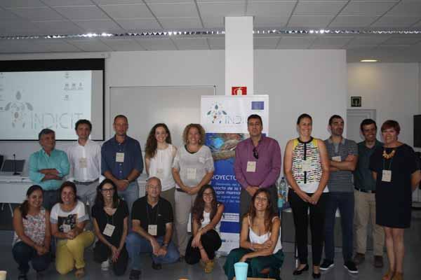 Foto de familia de los asistentes al taller-presentación