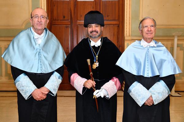 De izda. a dcha.: Antonio Tejera, el Rector Rafael Robaina y Miguel Rodríguez-Pantoja, momentos antes de comenzar el Acto de Investidura