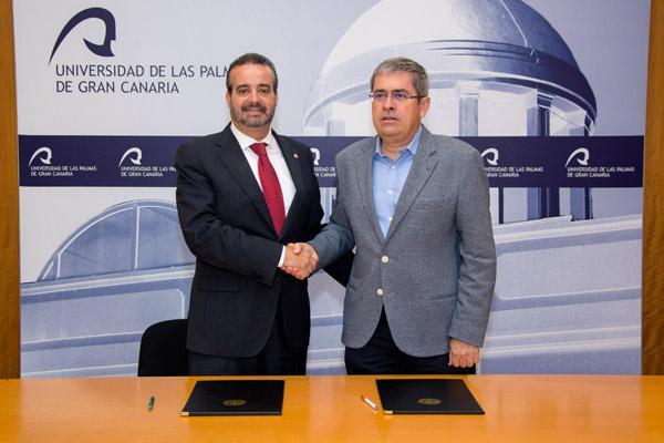 El Rector Robaina (i) y Marco Aurelio Pérez tras la firma del convenio marco con la Asociación Canaria de Universidades Populares