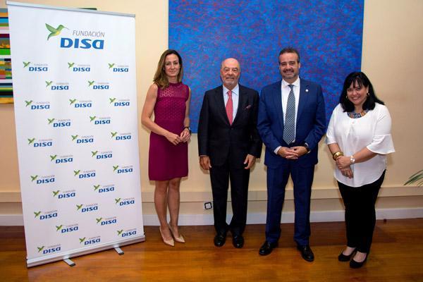 De izda. a dcha.: representante y Presidente de la Fundación DISA, el Rector Robaina y la Vicerrectora de Empresa, Emprendimiento y Empleo, Rosa Batista