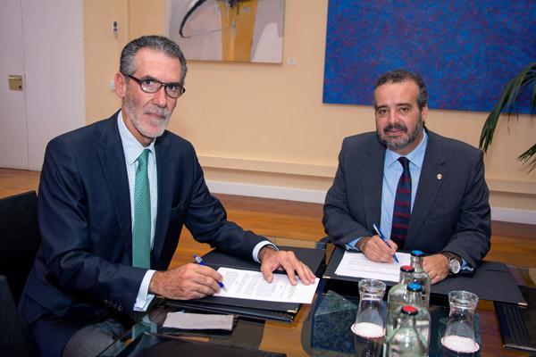 Fernando Jiménez, representante del Hospital Policlínico La Paloma, y el Rector Rafael Robaina, durante la firma de la adenda