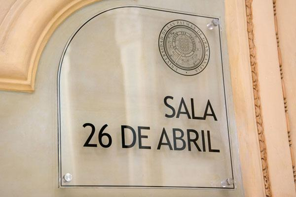 Detalle de la placa ubicada en la entrada de la Sala 26 de Abril