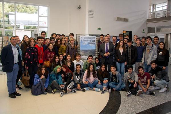 Foto de familia de los participantes en el acto de clausura del proyecto con el Rector Rafael Robaina