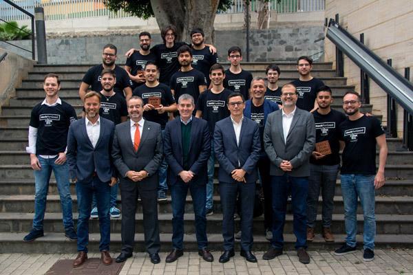Foto de familia de los equipos ganadores con el Rector, el Presidente de Canarias y otras autoridades asistentes