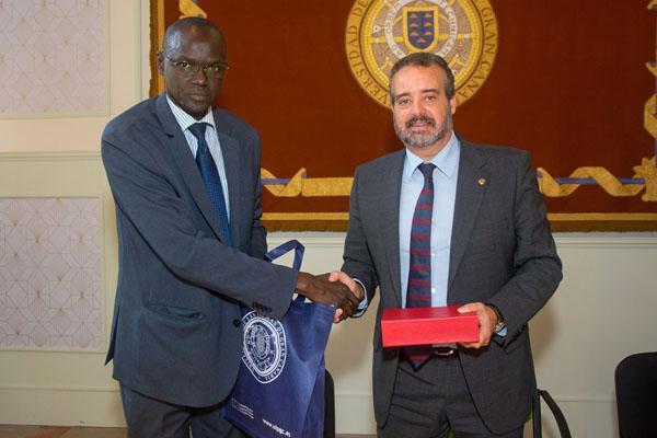 El Médico Coronel Ibrahima Diouf y el Rector Robaina estrechan las manos tras la firma del acuerdo