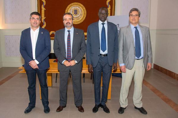 El Vicerrector Clouet, el Rector Robaina, el Médico Coronel Ibrahima Diouf y el Catedrático Juan Ruiz Alzola