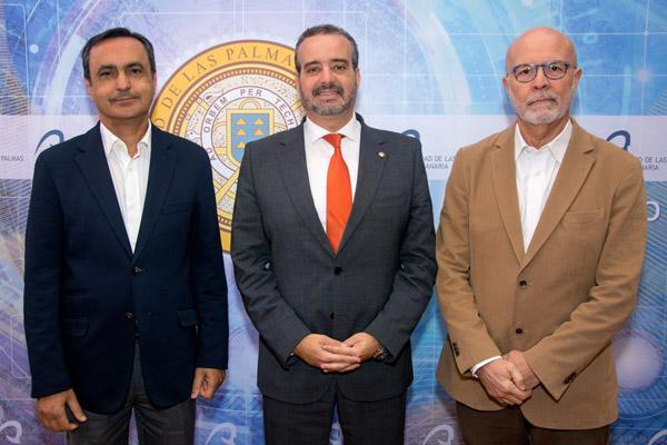 De izda. a dcha.: El Vicerrector Marcos Peñate, el Rector Rafael Robaina y el profesor Luis López Rivero