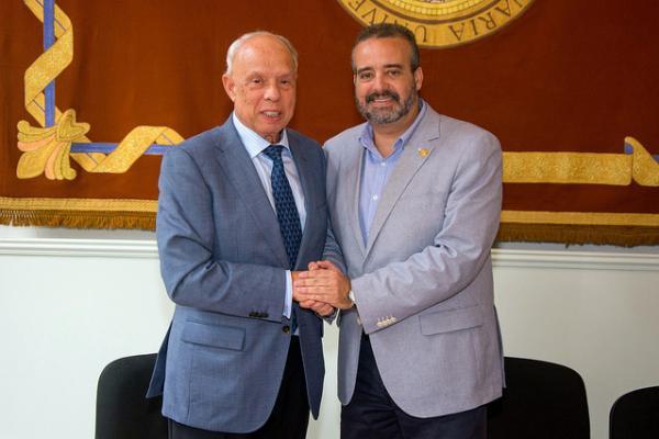 El Rector (i) y el Presidente de la Federación estrechan las manos tras la firma del convenio