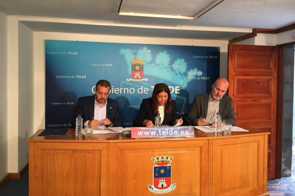 Otra imagen de la firma de los convenios