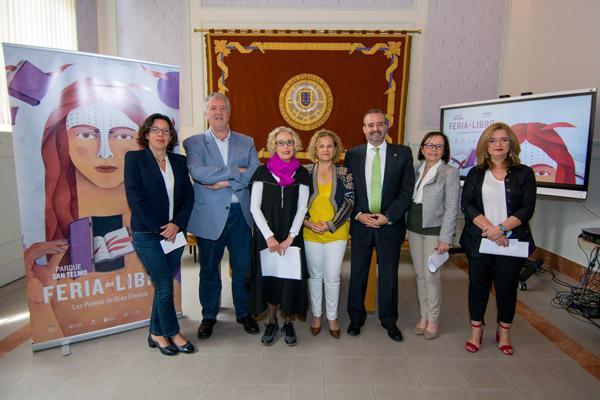Foto de familia de los organizadores de la XXX Feria del Libro de Las Palmas de Gran Canaria, junto con el Rector Rafael Robaina y la Vicerrectora María Jesús Domínguez
