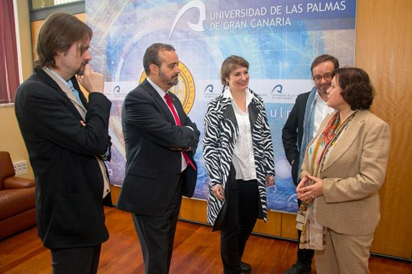 Otra imagen de la reunión, a la que también asistieron el consejero Raúl García Brink y la profesora de la ULPGC Carmen Márquez