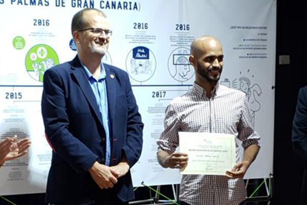 El Vicerrector José Pablo Suárez (i) junto al estudiante premiado