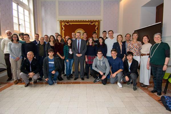 Foto de familia del alumnado y profesorado con el Rector Rafael Robaina