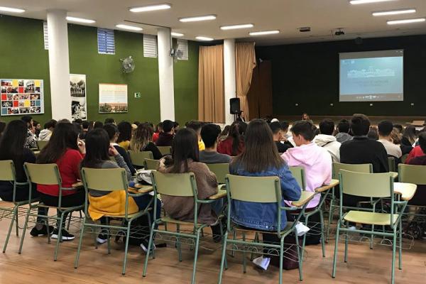 Imagen de una de las charlas celebrada en un centro de Bachillerato