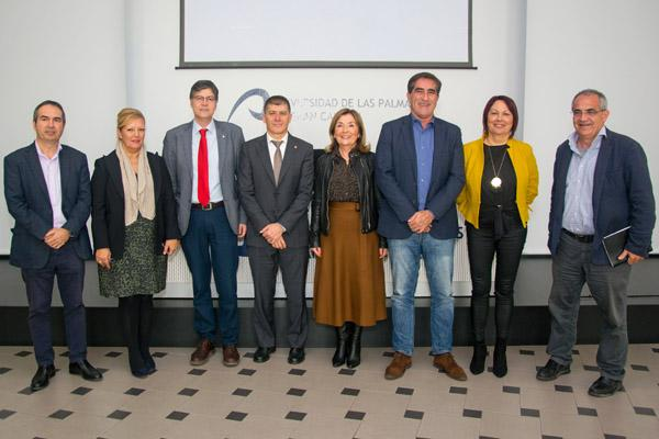 Foto de familia de los organizadores con el Vicerrector de la ULPGC y otros representantes de instituciones colaboradoras