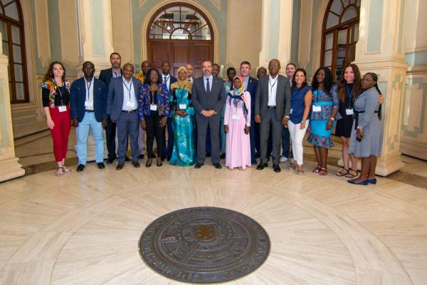 Foto de familia de los participantes con el Rector Robaina