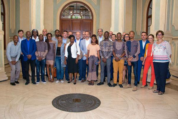 Foto de familia de los alumnos y alumnas junto al equipo de profesores y el Rector Rafael Robaina