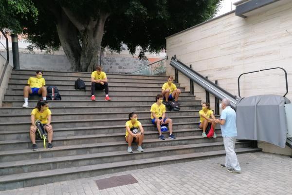 El vicerrector con los deportistas
